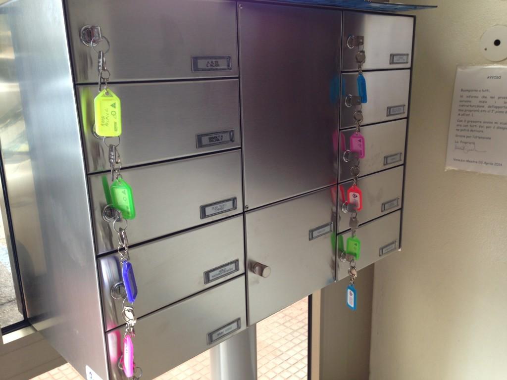Casellario postale da esterno: modello autoportante inserito a serramento